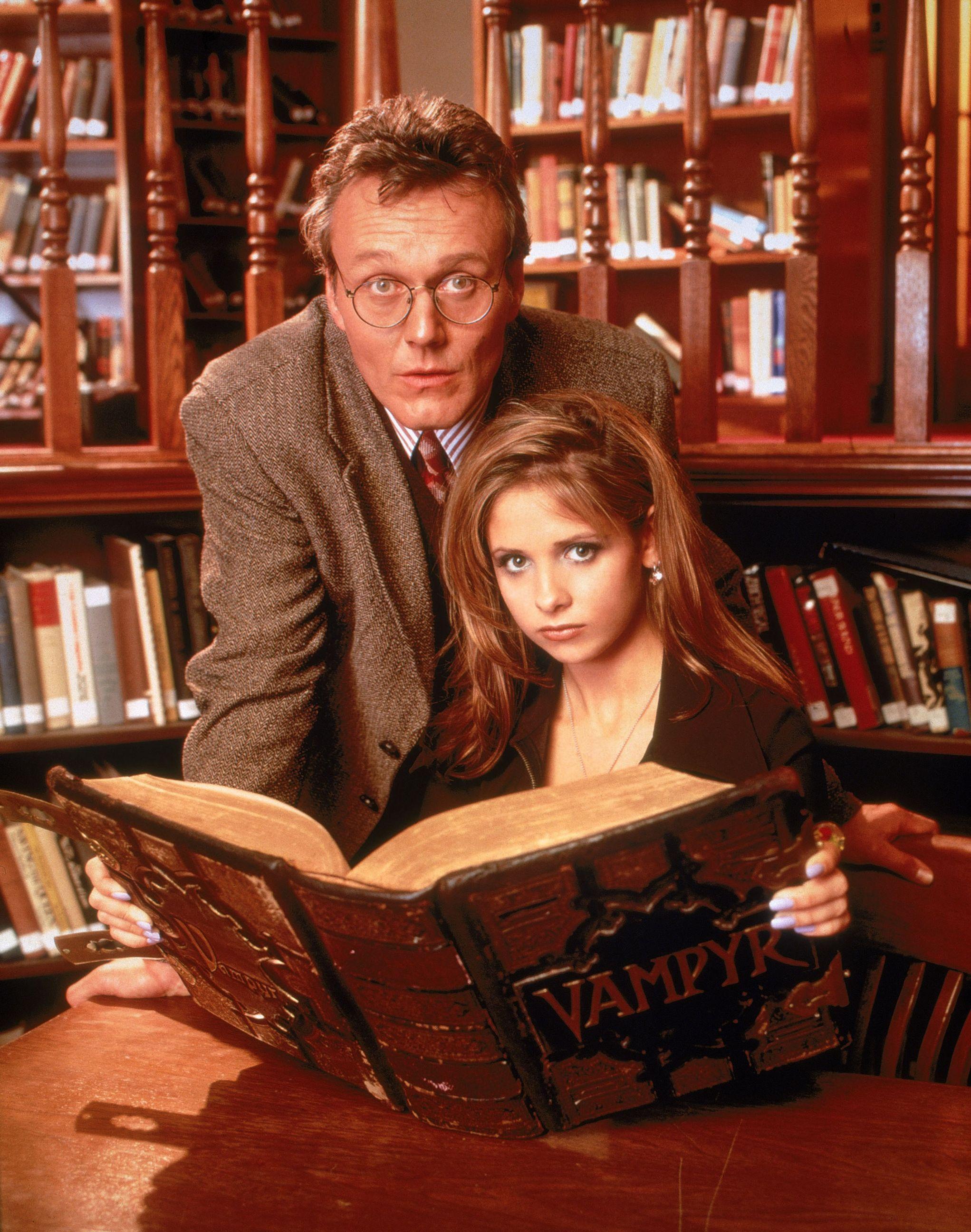 Buffy est une lycéenne chasseuse de vampire, dans la série à son nom, jouant sur le folklore mystique et ses archétypes.