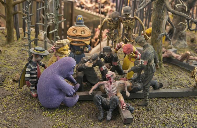 L'enfer des frères Mark & Dinos Chapman (nés dans les années 60), réalisé en deux ans était présenté sur une large table lors de l'exposition Apocalypse à la Royal Academy.