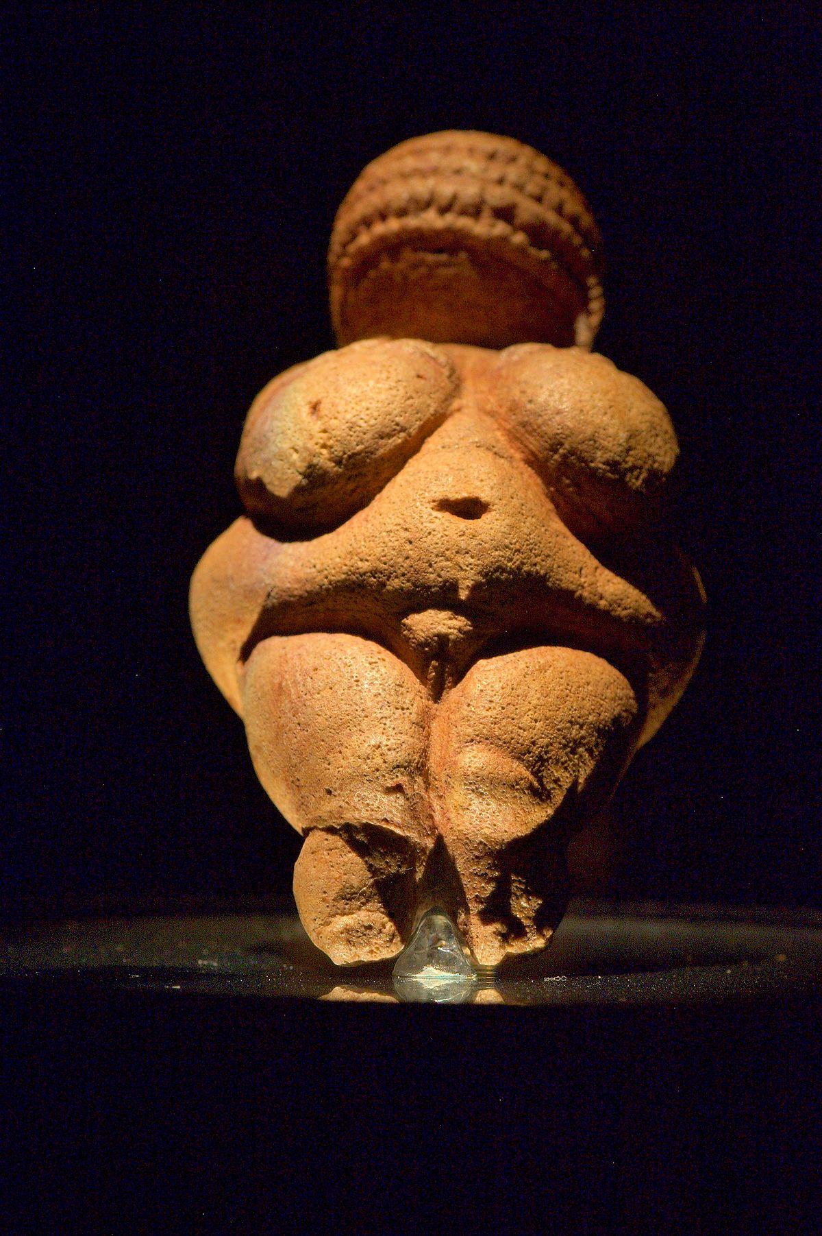 La vénus de Willendorf est une statuette en calcaire du Paléolithique supérieur.